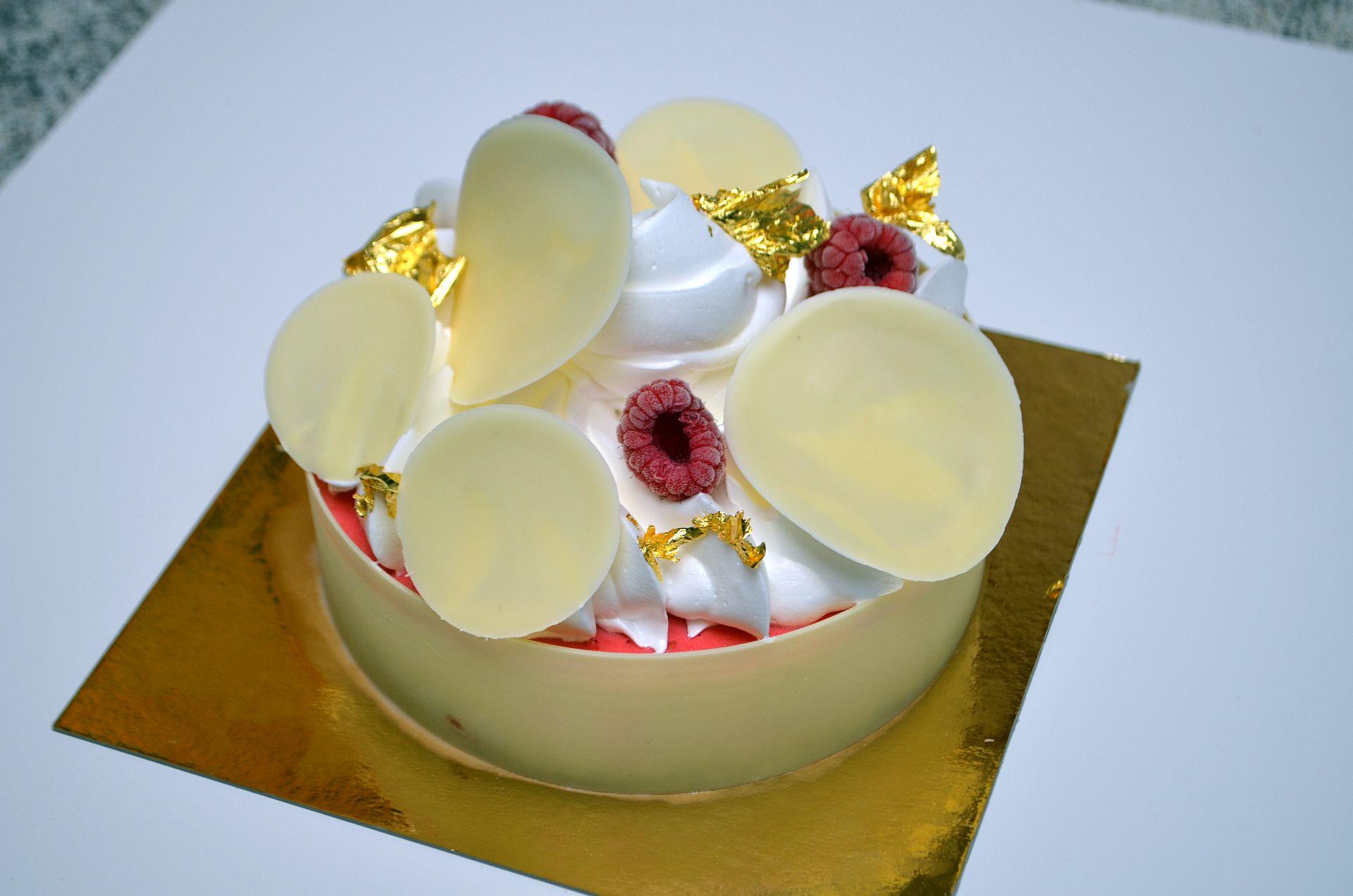 Gâteau glacé - goûts lait d'amande, sorbet framboise et meringué