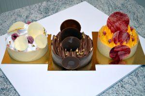 Gâteaux glacés - lait d'amandes, sorbet framboise et meringué / chocolat, vanille et praliné / vanille, sorbet fraise et sorbet mangue passion